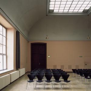 Oberlichtsaal mit Stuhlreihen, StüŸhlen im HauptgebŠude *** Local Caption *** Geschwister-Scholl-Strasse 8